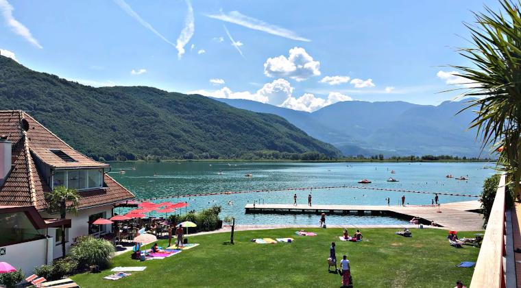 Der Kalterer See mit Bergen im Hintergrund