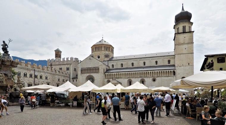 Der belebte Palazzo Pretorio mit einem Cafe und dem Neptunbrunnen im Vordergrund