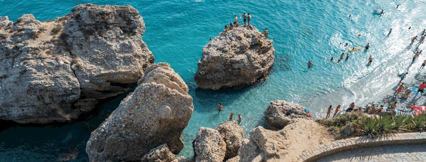 Badetag am felsigen Strand in Nerja Costa del Sol Spain