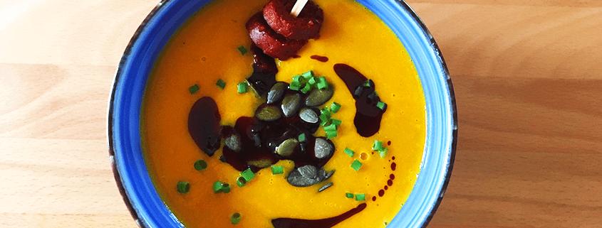 Kürbis-Orangen-Suppe mit Chorizo.
