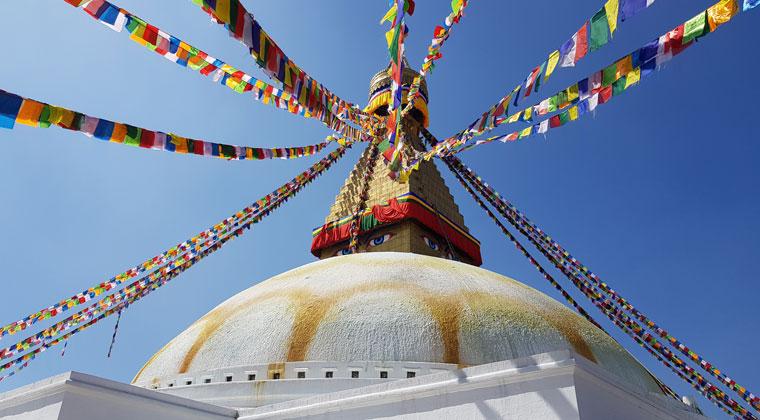 Bouddhanath Stupa mit Buddhas Augen und Gebetsfahnen