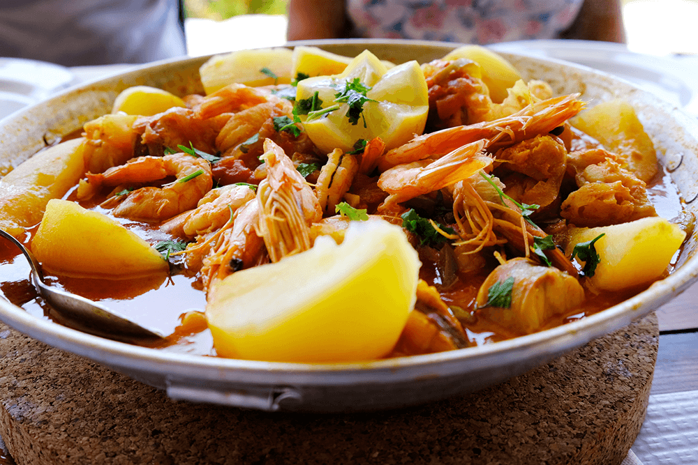 """""""Cataplana"""" wird traditionell aus Wolfsbarsch, Gambas, Muscheln und Kartoffeln hergestellt."""