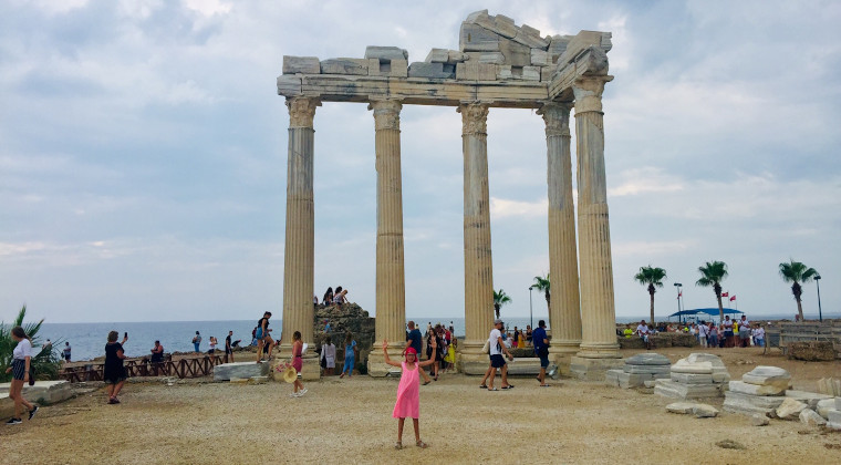 Kind vor Apollon Tempel in Side.