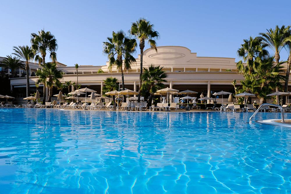 Mit rund 350 Zimmern gehört das Adults-only-Hotel zu den größeren Anlagen vor Ort.