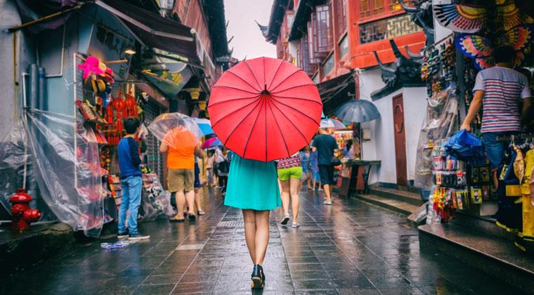 Mit dem Regenschirm unterwegs in China