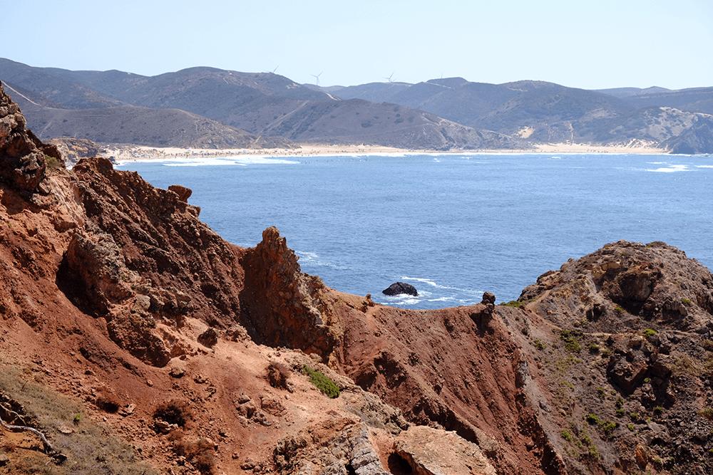 Die Küstenlandschaft ist sehr abwechslungsreich in Farbe und Form.
