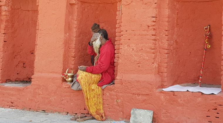 Sadhus mit auffälliger Aufmachung in Pashupatinath