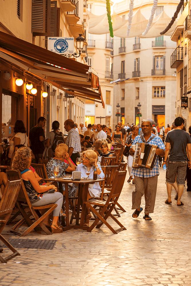 Genieße die Atmosphäre in den Straßencafés des historischen Viertels von Malaga.