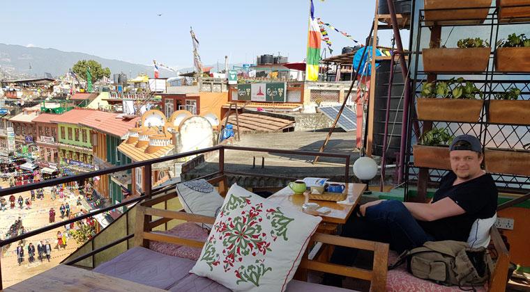 Cafe über den Dächern mit Blick auf den Bouddhanath Stupa