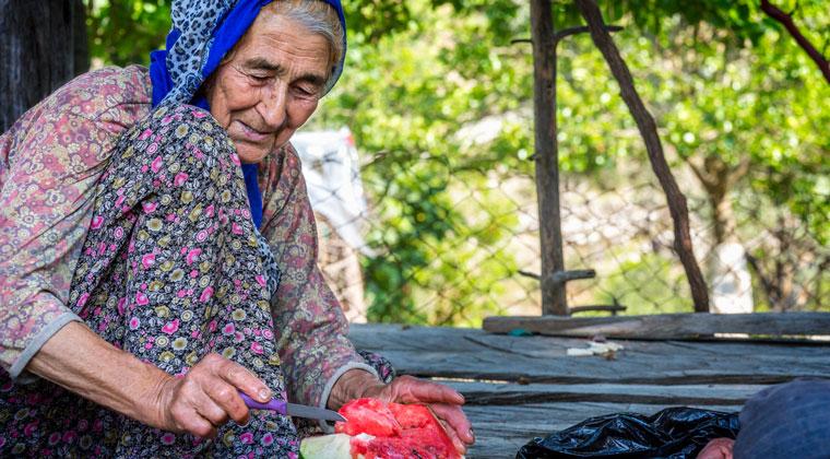 Eine Einheimische bereitet eine Wassermelone zu