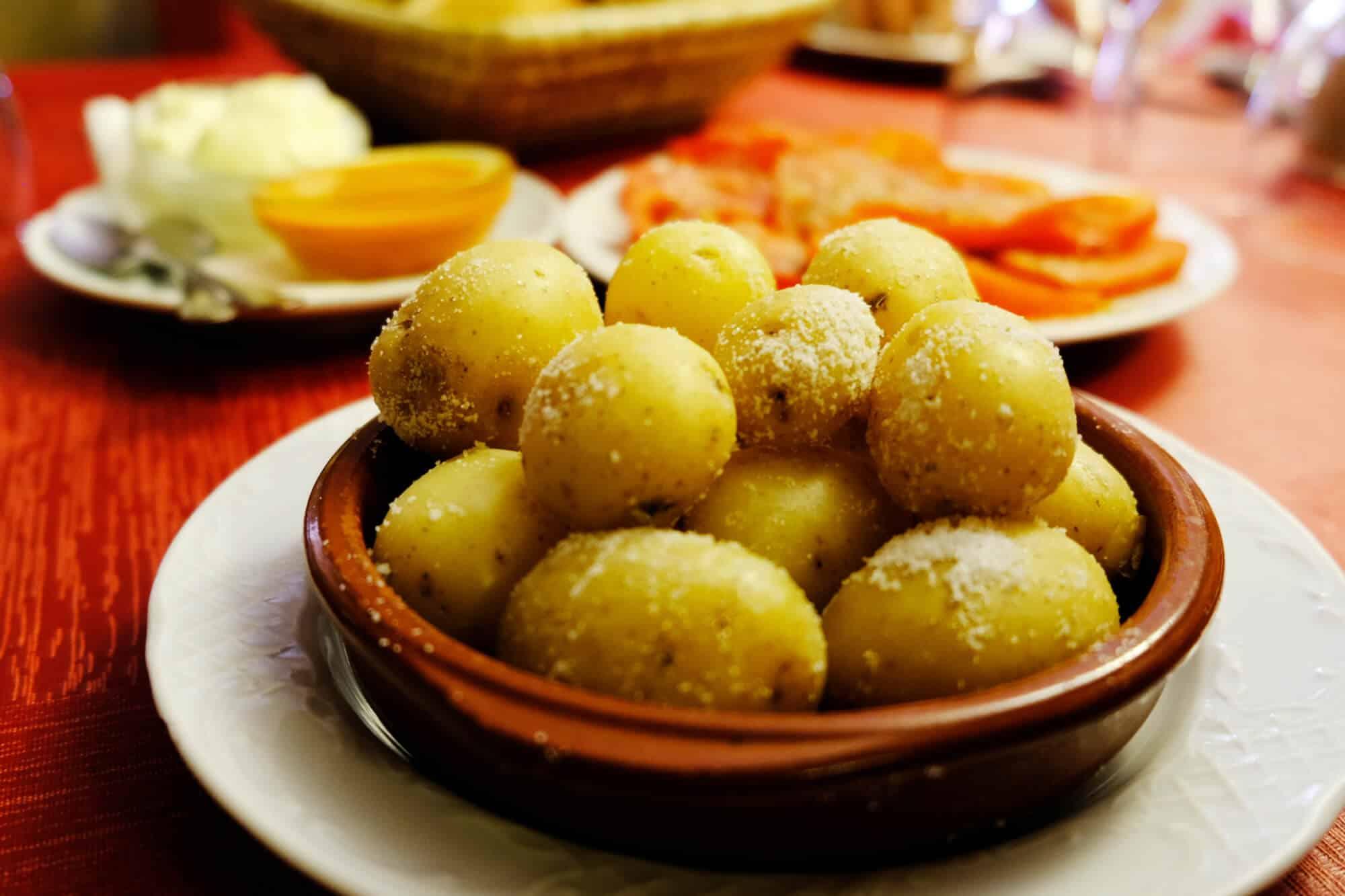 Papas Arrugadas sind in Wasser mit viel Salz gekochte Kartoffeln.