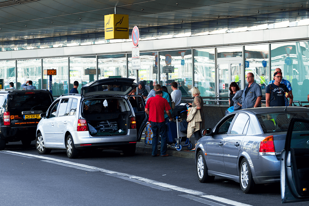 Mit dem Auto am Terminal angekommen.