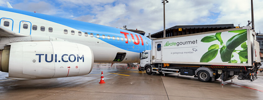 Ein Flugzeug aus der TUI fly Flotte wird von GateGourmet mit Verpflegung und Bordshopartikeln beliefert.