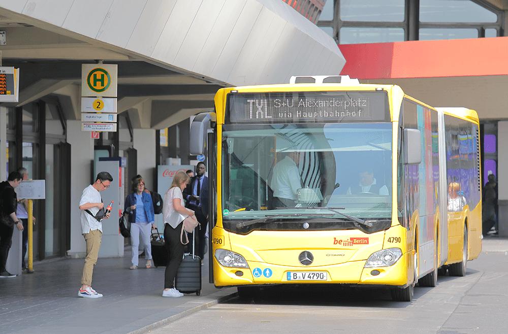 Mit dem Bus zum Flughafen fahren.