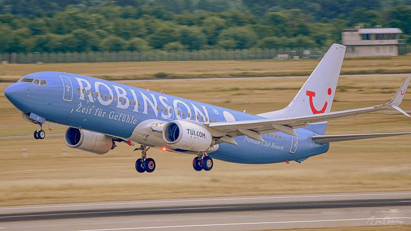 Die TUI fly mit der Robinson Sonderlackierung beim Take Off in Düsseldorf.