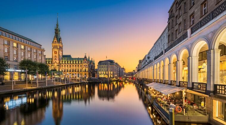 Blick auf die Alster und das Rathaus von Hamburg