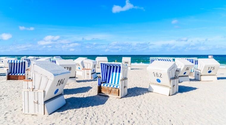 Strand auf Sylt mit blau weißen Strandkörben