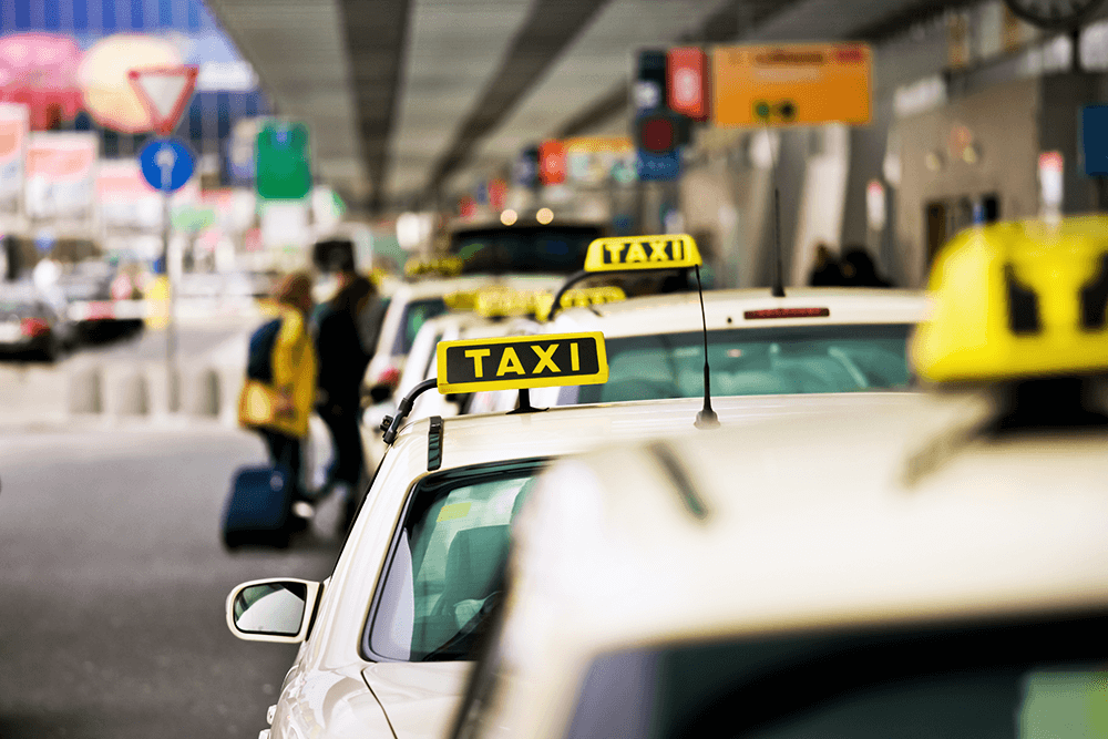 Ein Taxistand am Flughafen
