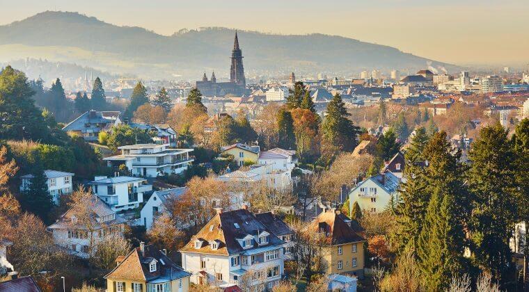 Blick auf die Häuser und den Freiburger Münster in Freiburg