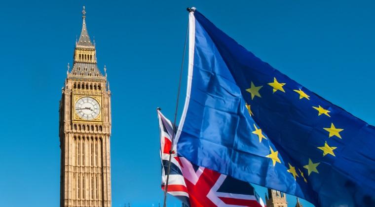 Big Ben in London mit Flagge von Großbritannien und EU Flagge im Vordergrund
