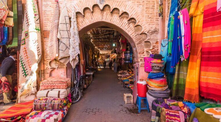 Markt in Marrakesch mit vielen bunten Souvenirs