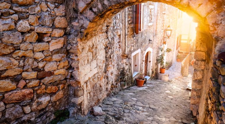 Mittelalterliche Gasse in Montenegro