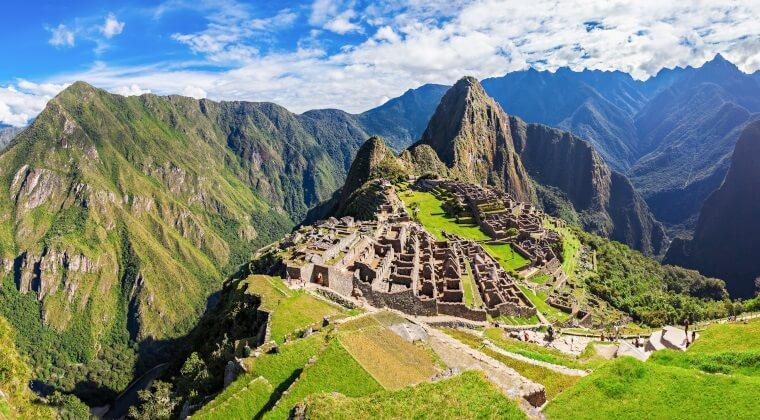 Blick auf den Machu Picchu in Peru mit Bergen im Hintergrund