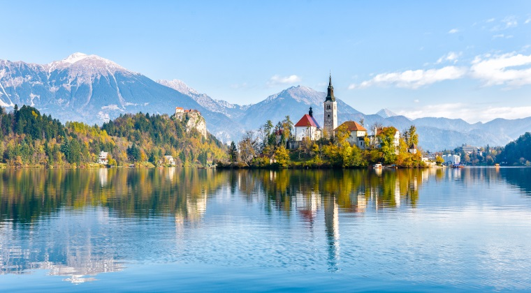 Blick auf einen See in Slowenien mit Bergen im Hintergrund