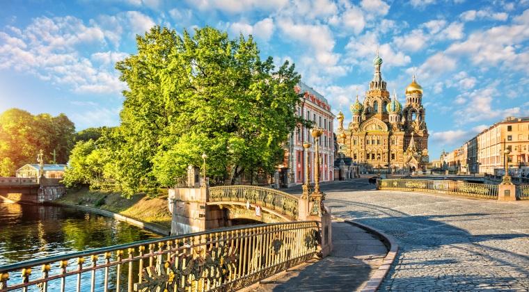 Blick von einer Brücke auf die Blutskirche in St. Petersburg