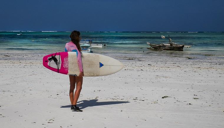 Surferin am Strand