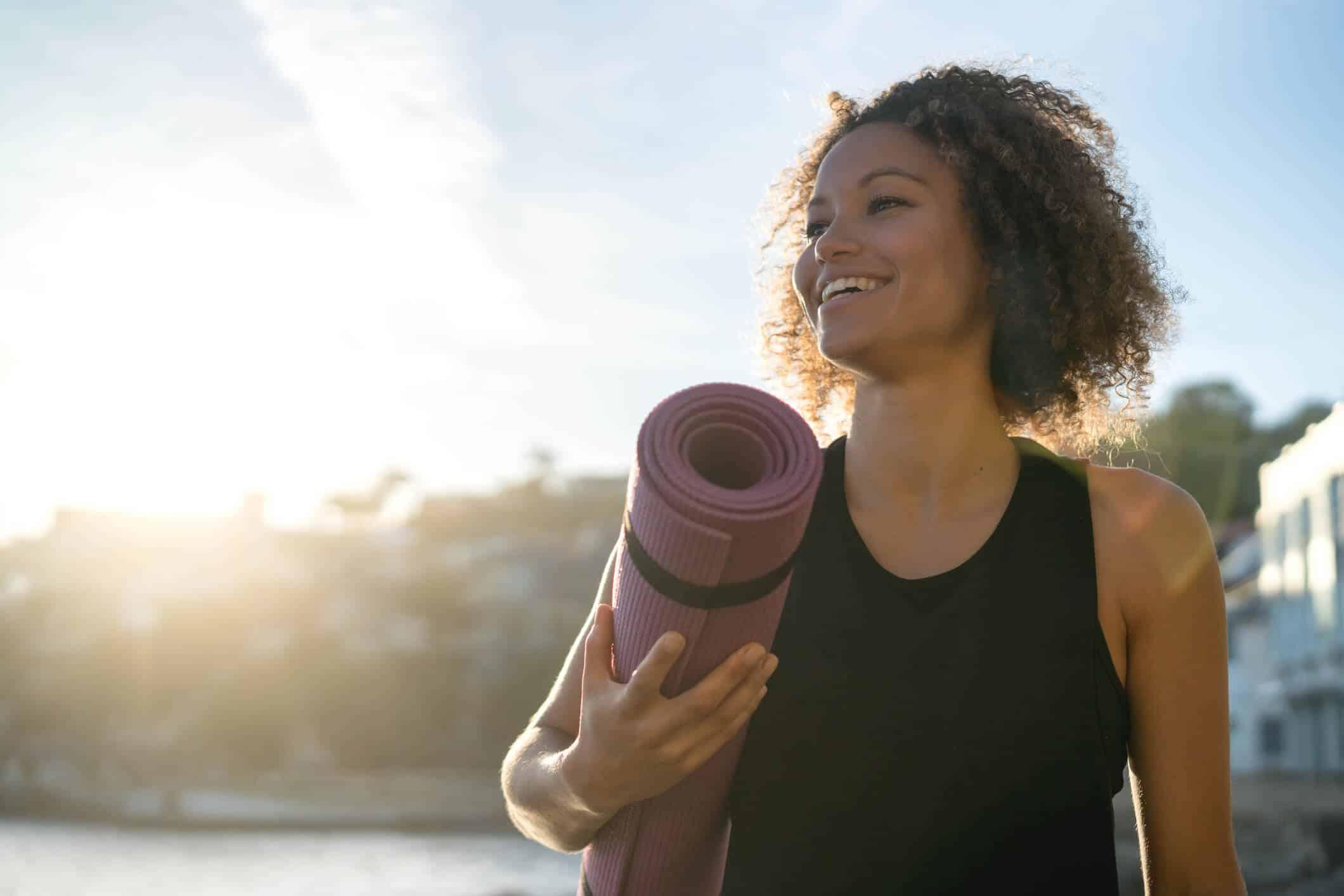 Yoga ist nicht aufwendig: Du brauchst lediglich etwas Zeit, eine Matte und bequeme Kleidung.