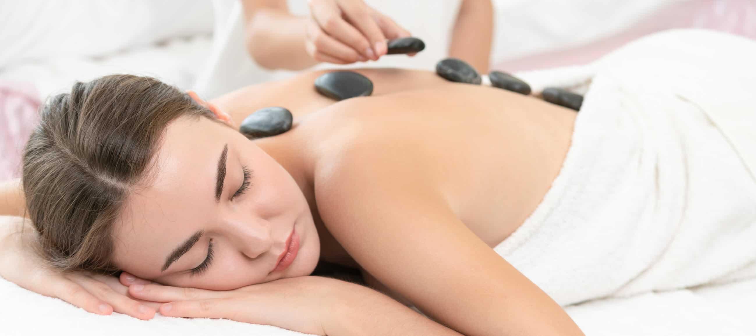 Bei der Hot-Stone-Massage werden erwärmte Vulkansteine auf die eingeölte Haut gelegt und anschließend die Muskeln sanft massiert.