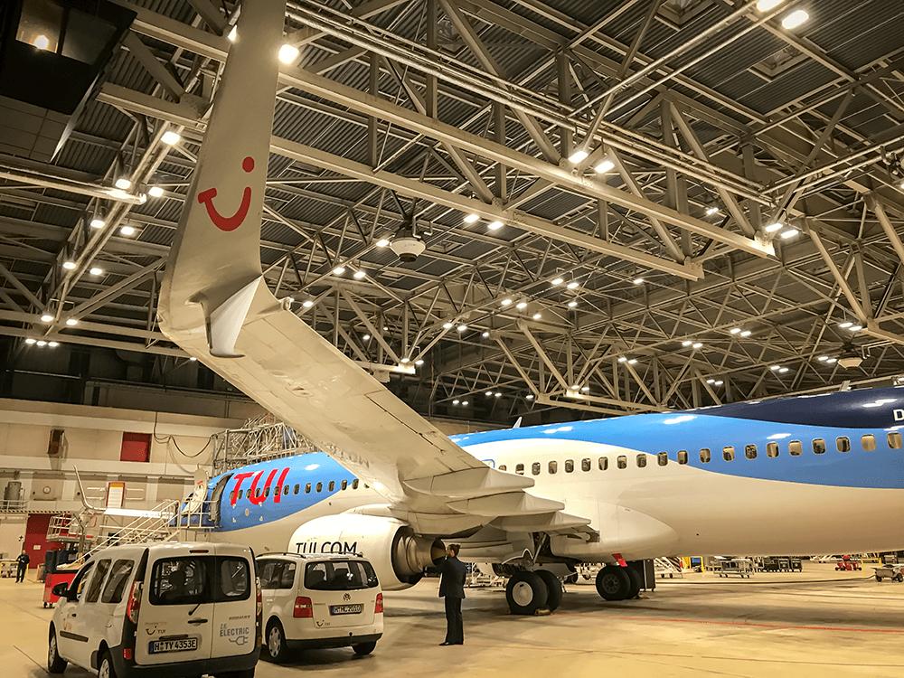 Winterwartung mit Technikfahrzeugen an der TUI fly Boeing 737/800