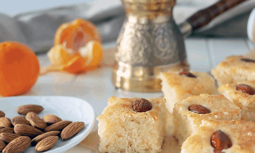 Basbousa ist ein Grießkuchen, der mit Orangenblütenwasser oder Sirup aus Rosenwasser gesüßt ist.