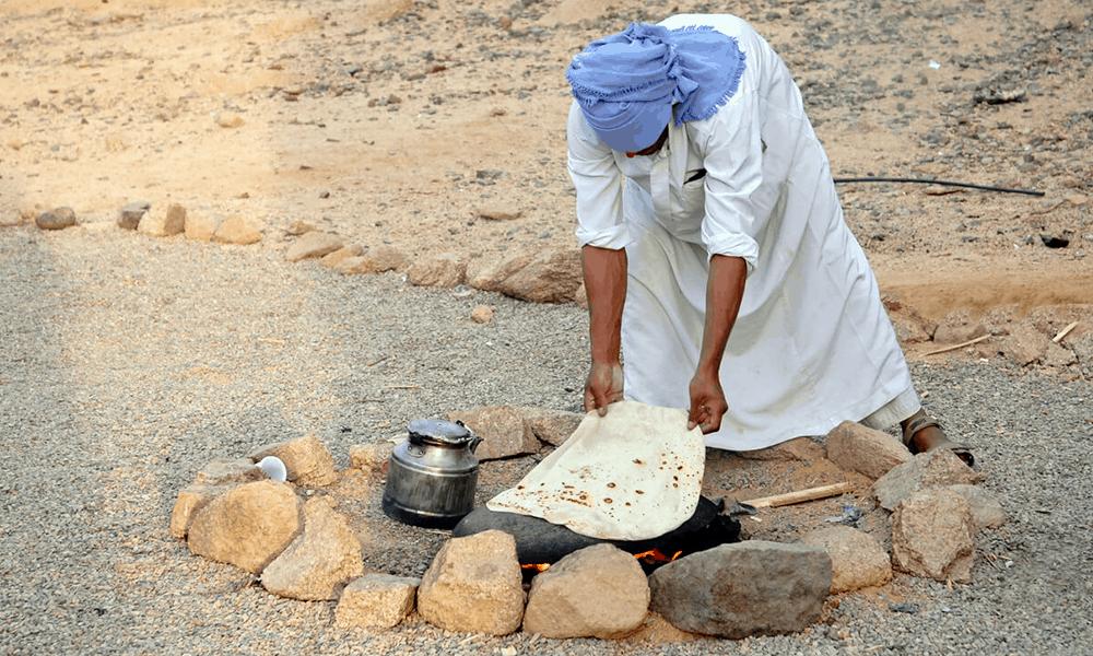 Da die Fladen, oder Aish Baladi, als Besteckersatz genutzt werden, werden diese auch immer zum Essen mit angeboten.