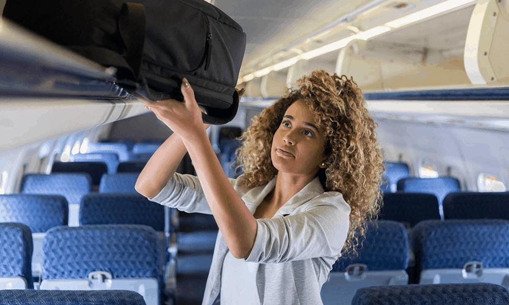 Dein Handgepäck verstaust du in der Kabine bequem im Gepäckfach über deinem Sitz.