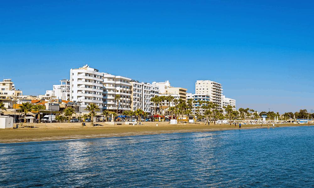 Wenn du im Urlaub nicht auf Strand, Sonne und Meer verzichten willst, dann ist dein erster Anlaufpunkt der Finikoudes Beach.