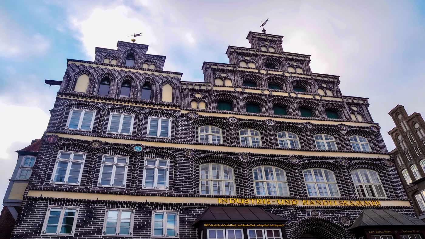 Beeindruckende Fassade der IHK Lüneburg