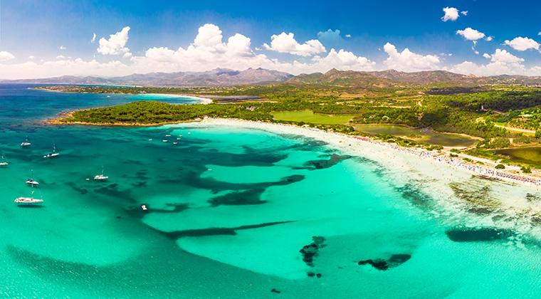 Ein Traum! Cala Brandinchi auf Sardinien (Shutterstock/Eva Bocek)