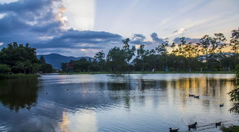 Sonnenuntergang am See im Park La Sabana