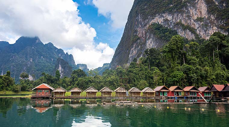 Hütten am Ufer des Cheow Lan Lake
