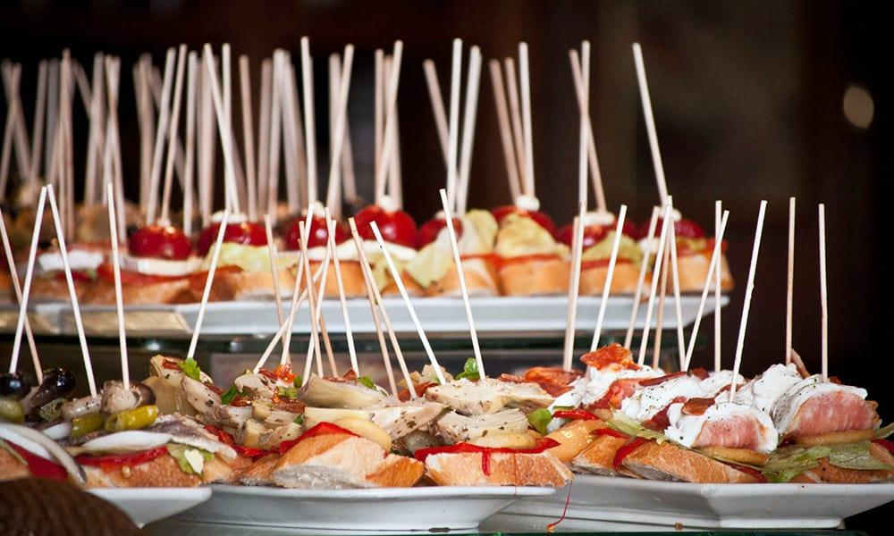 Unzählige Bars in Sevilla laden dich zum Tapas Essen ein.