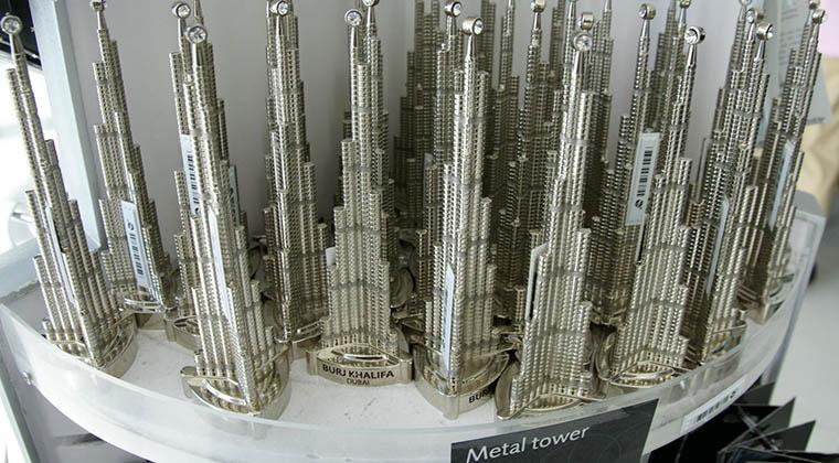 Beliebtes Shopping-Mitbringsel aus Dubai: eine Miniatur des Wolkenkratzers Burj Khalifa - Kostenpunkt umgerechnet rund 20€