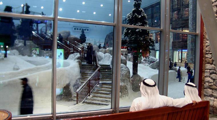 """Blick in den Schnee: Der """"Mall of the Emirates"""" ist eine künstlich beschneite Ski-Piste angeschlossen - falls jemand zwischen den Einkäufen mal eben auf Brettern talwärts wedeln möchte"""