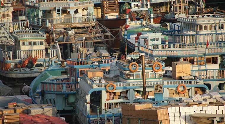 Warenumschlagplatz aus alten Zeiten: Noch immer löschen bauchige Dhaus, die traditionellen arabischen Handelsschiffe, ihre Ladung am Dubai Creek und nehmen Neues an Bord. Manches davon landet in den Shopping-Malls - oder ein paar Schritte von den Kais entfernt in den Gassen des Basars