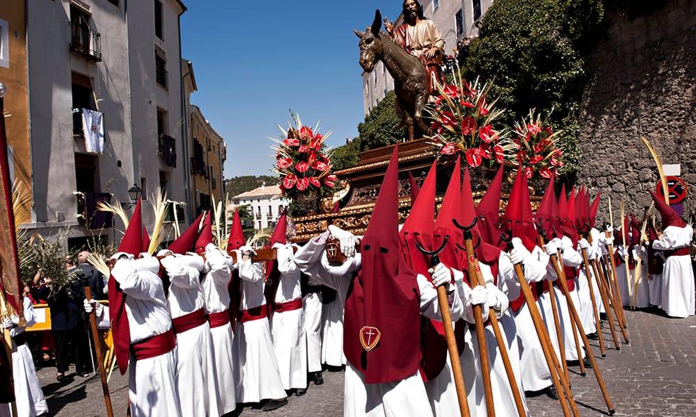 Prozession mit einer Holzfigur Jesu.
