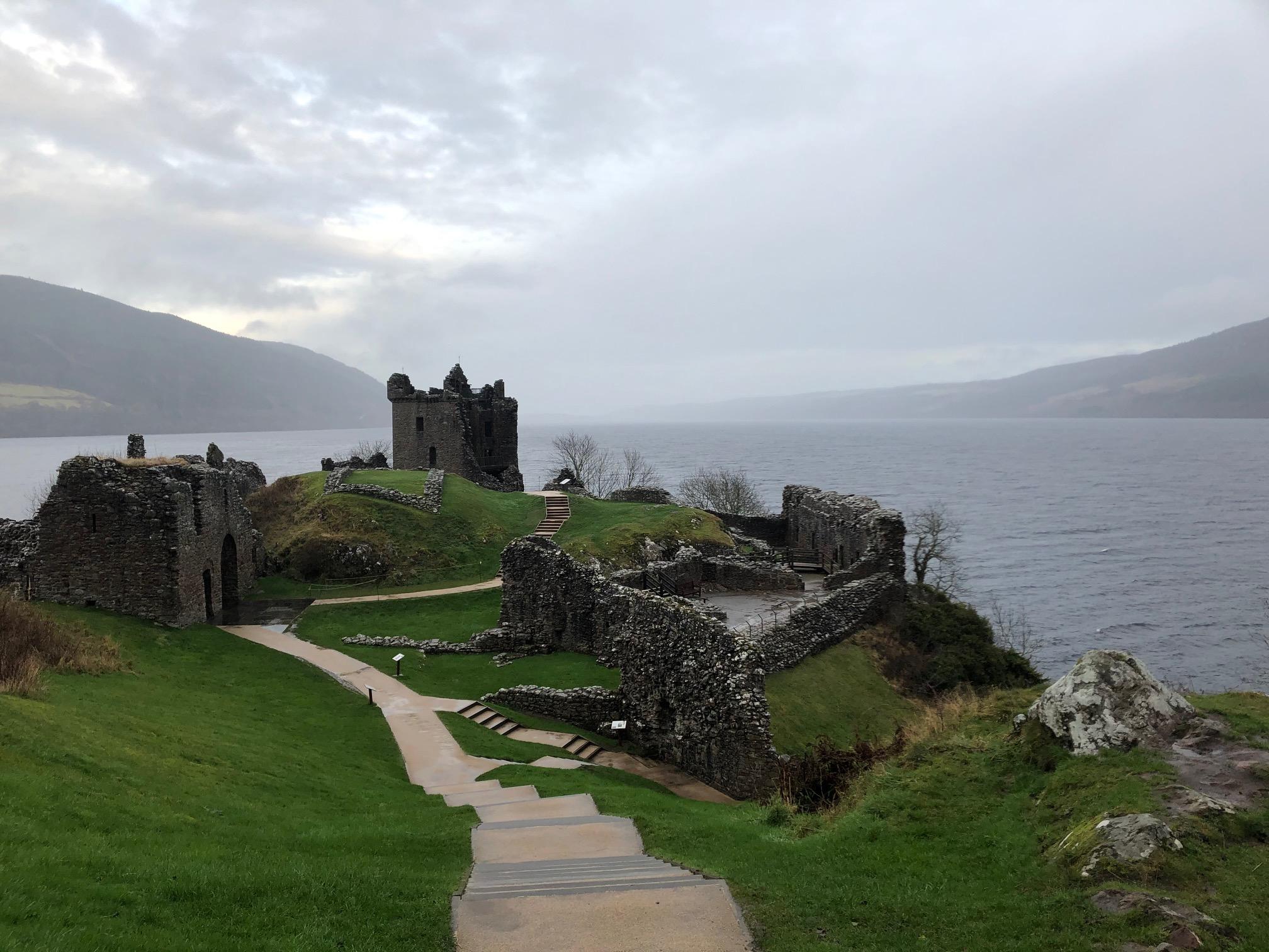 Urquhart Castle mit Blick auf Loch Ness