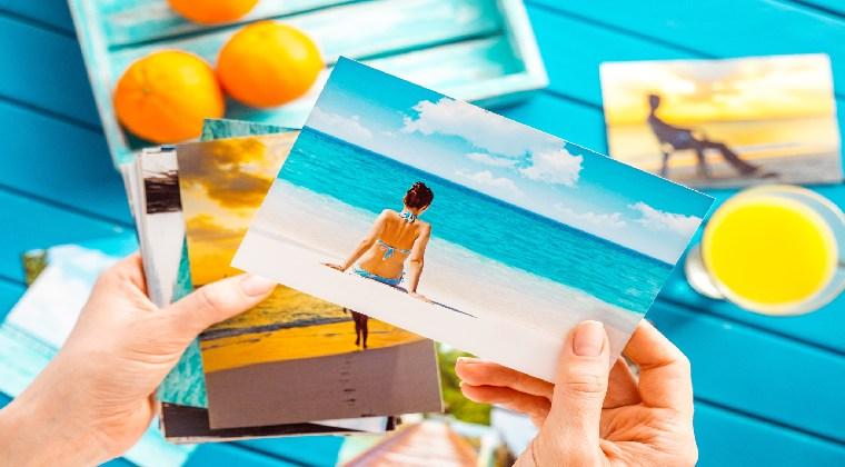Frau schaut sich Fotos vom Urlaub an