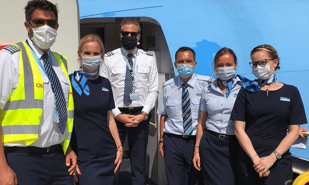 Piloten und Flugbegleiter vor der TUI fly B737-800.