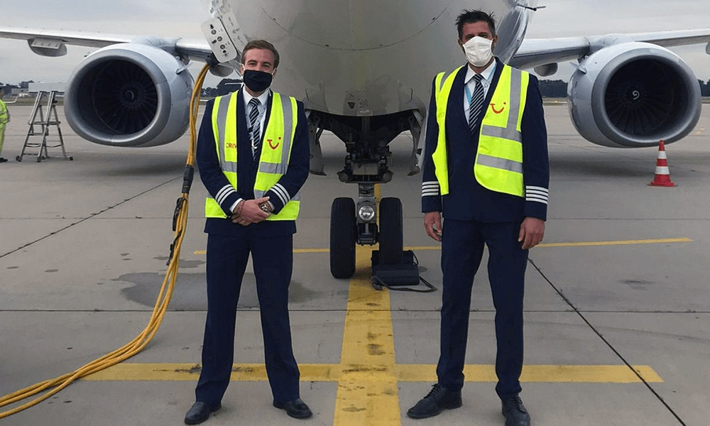 Die beiden Piloten der TUI fly B737-800 vor ihrer Maschine am Flughafen Düsseldorf.